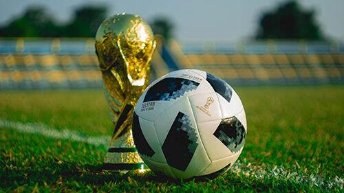 Fußball mit Pokal