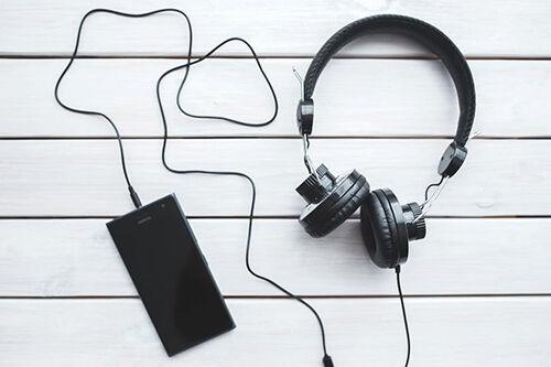 (C) Pexels / Headphones mit Smartphone / Zum Vergrößern auf das Bild klicken