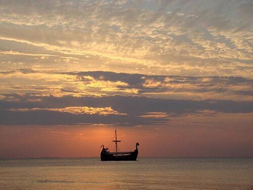 (C) Pixabay / Schiff im Sonnenuntergang / Zum Vergrößern auf das Bild klicken